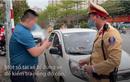 Video: Tài xế bỏ xe ôtô khi bị kiểm tra nồng độ cồn ở Hà Nội