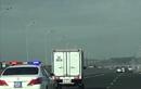 Video: Hai xe tải không nhường đường cho CSGT dẫn đoàn