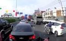 Video: Tông trúng người phụ nữ bán vé số trên quốc lộ rồi bỏ chạy