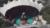 Ngoạn mục treo ngược chân nhảy xuống hồ bơi
