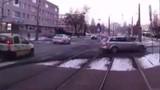 Hú hồn ô tô thản nhiên chặn đầu tàu điện