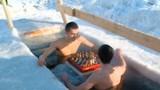Người Nga chơi cờ dưới hồ nước đóng băng