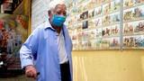 Cụ ông 81 tuổi mò mẫm tìm tro cốt 3 người thân ở chùa Kỳ Quang 2