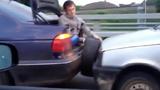 Kiểu cứu hộ ô tô cực bá đạo của trai trẻ