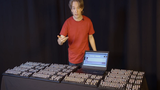 Cận cảnh bàn phím khủng có hơn 1000 biểu tượng cảm xúc