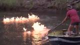Con sông ô nhiễm bốc cháy ngùn ngụt khi bị châm lửa đốt