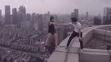 Cặp đôi Trung Quốc liều lĩnh selfie trên nóc tòa nhà 70 tầng