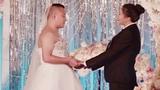 Sợ lộ béo, cô dâu bắt chú rể mặc váy cưới thay mình