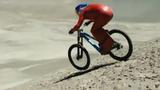 """""""Thót tim"""" cảnh xe đạp lao dốc, """"xé gió"""" phá kỷ lục thế giới"""