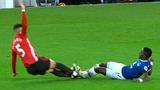 Những tình huống xả thân trong bóng đá mùa giải 2016/2017