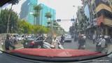 Video: Cái kết bất ngờ của người phụ nữ dừng xe giữa đường bấm điện thoại