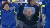 HLV Mourinho cười mỉa mai khi trọng tài không thổi phạt đền