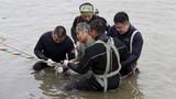Cảnh cật lực đưa nạn nhân chìm tàu sông Dương Tử lên bờ