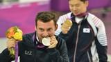 Vì sao vận động viên Olympic thường cắn vào huy chương?