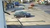 Bò điên tấn công cảnh sát giao thông trên đường