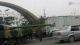 Video xe tăng đâm thủng thùng xe tải sốt mạng