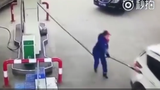 Video: Nữ tài xế rồ ga kéo đổ cây xăng, quật ngã nhân viên