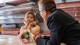 Cặp đôi chụp ảnh cưới bên quan tài khiến dân tình tranh cãi