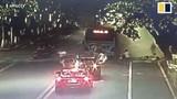 Video: Xe buýt phát nổ giữa phố, hành khách văng ra ngoài