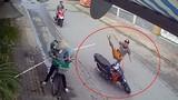 """Video: Kết đau đớn cho thanh niên đi xe máy khi chạm trán """"ninja"""" đồng nát"""