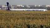 Video: Máy bay Nga chở 233 người hạ cánh bằng bụng xuống đồng