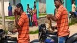 Người đàn ông cắn xé con rắn thành từng mảnh vì bị cản đường
