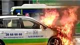 Taxi cháy dữ dội trên đường chở khách ra Tân Sơn Nhất