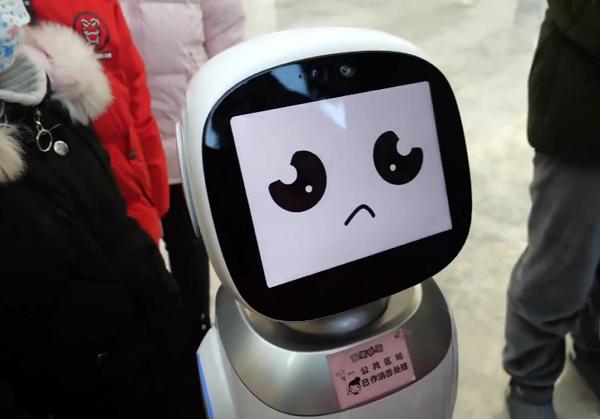 Đang khẩu chiến, robot hoang mang vì sợ bị bà lão