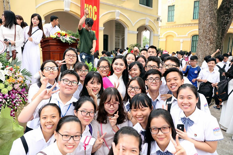 A hau Thanh Tu bi vay kin khi ve tham truong cu-Hinh-11