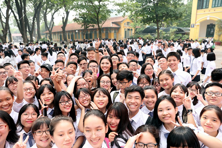 A hau Thanh Tu bi vay kin khi ve tham truong cu-Hinh-12