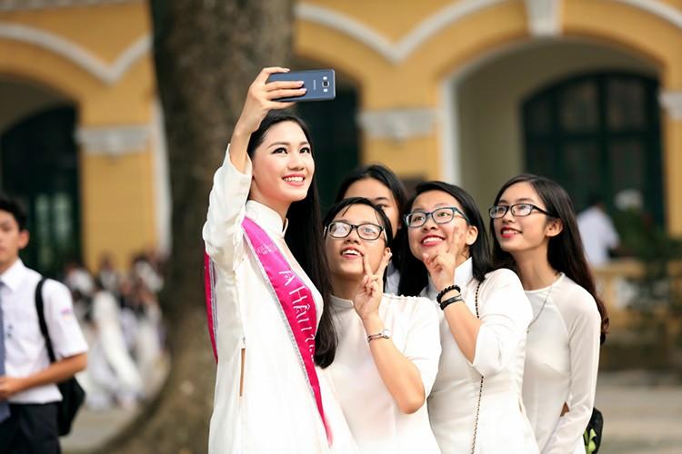 A hau Thanh Tu bi vay kin khi ve tham truong cu-Hinh-14