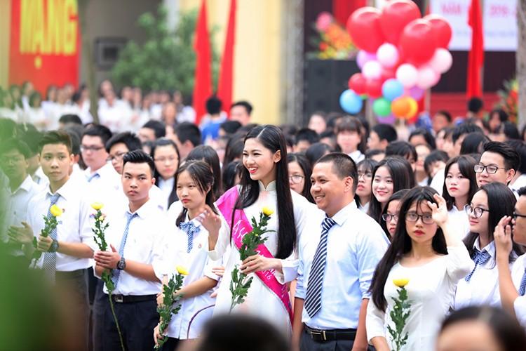 A hau Thanh Tu bi vay kin khi ve tham truong cu-Hinh-4