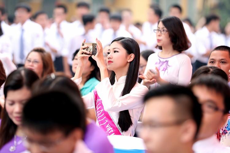 A hau Thanh Tu bi vay kin khi ve tham truong cu-Hinh-8