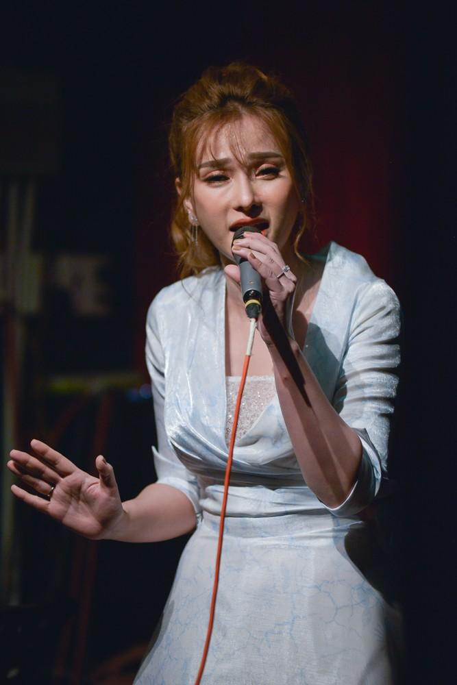 """Tinh cu """"da xeo"""" chong tre Thu Thuy giua scandal?"""
