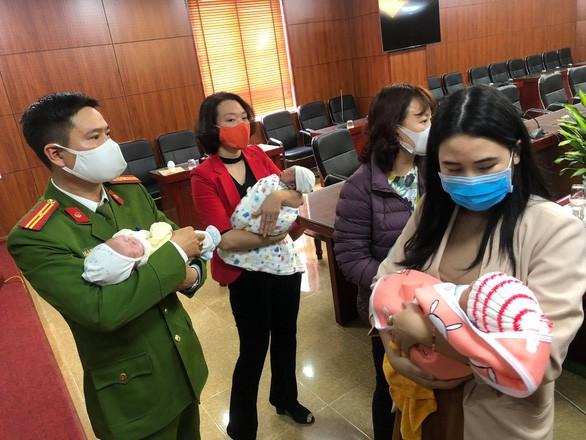 Vu duong day ban tre so sinh sang Trung Quoc: Me tre ban con nhan bao tien?