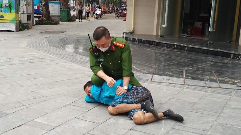 Cong an thi trien kungfu, khong che doi tuong nghi ngao da