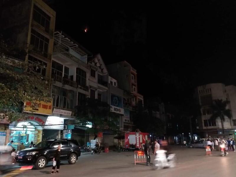 Quang Ninh: Nui Bai Tho chay lon, yeu cau nguoi dan so tan-Hinh-3