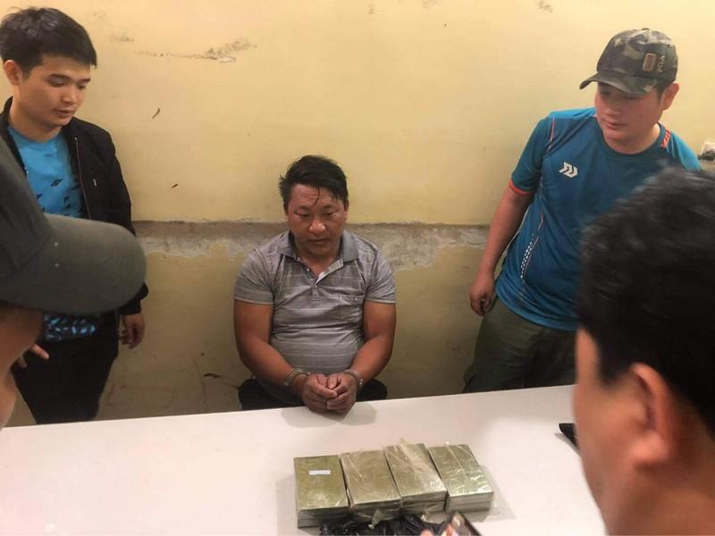 Son La: Bat hai doii tuong cho 8 banh heroin di ban kiem loi