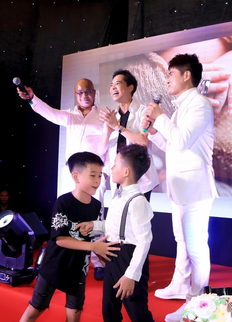 Luong Gia Huy lan dau cong khai vo kem 18 tuoi va con trai-Hinh-2