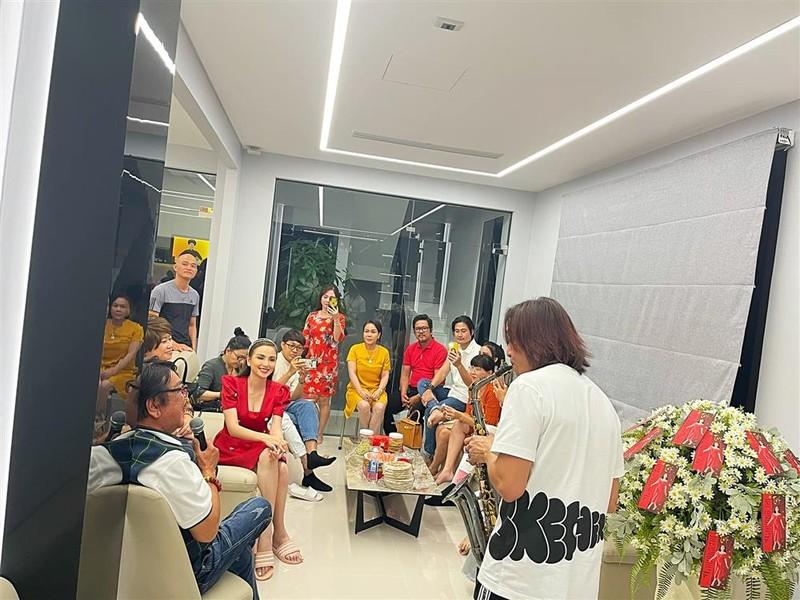 Hoa hau Diem Huong khoe co ngoi