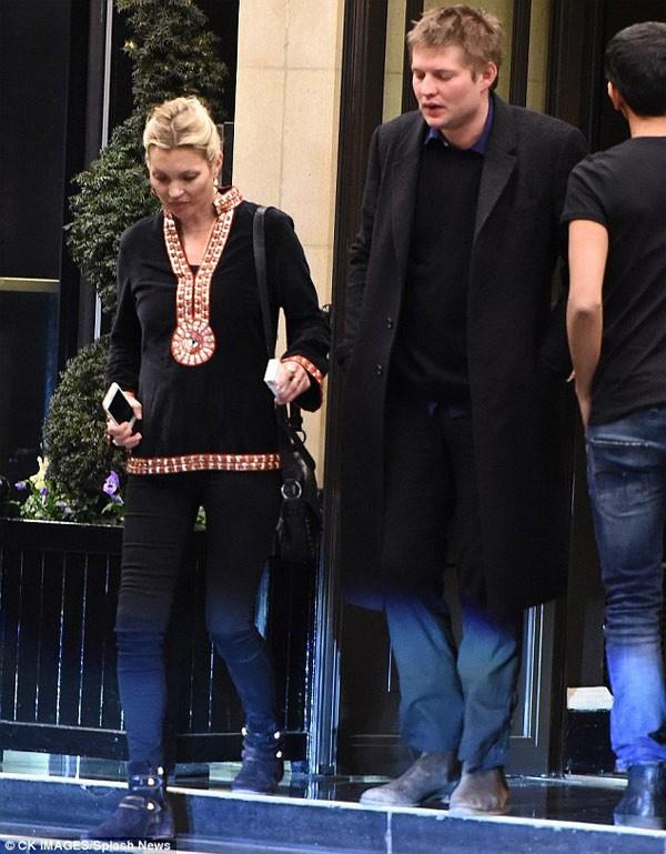 Sieu mau Kate Moss gia nua mat moc-Hinh-3