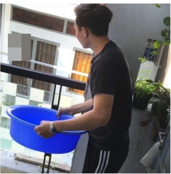 Thanh nien do nguyen chau nuoc vao dan phu dau gay phan no-Hinh-2