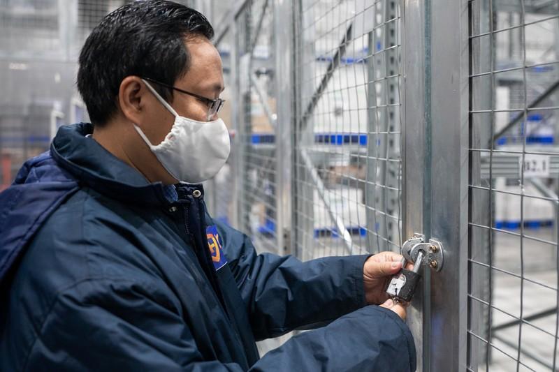 Can canh cac lieu vaccine COVID-19 trong kho lanh tai TP HCM-Hinh-6