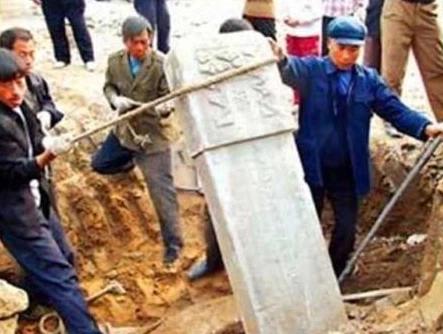 55 nam sau khi chet, mo cua thai giam Ly Lien Anh duoc khai quat-Hinh-2