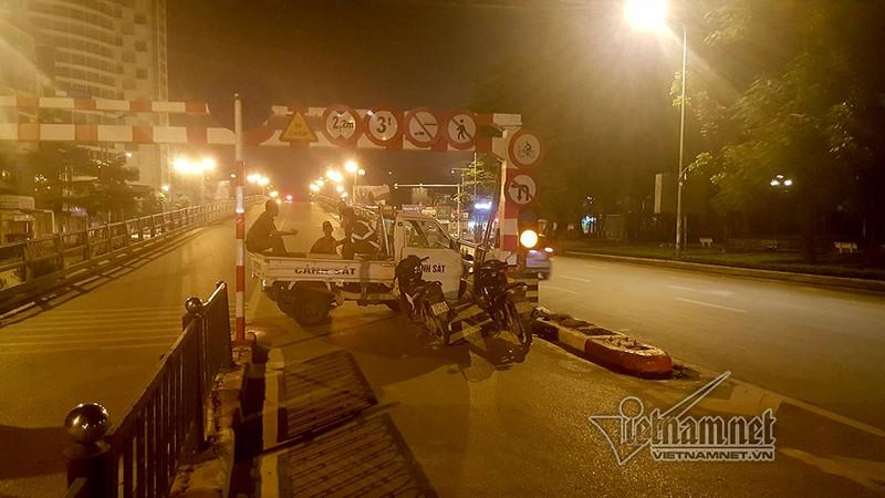Tai nan tren cau vuot Thai Ha luc nua dem, 3 nguoi thuong vong-Hinh-5