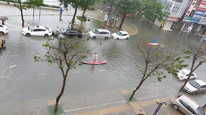 """""""Cuoi ra nuoc mat"""" canh cheo Sup tren duong Da Nang-Hinh-3"""