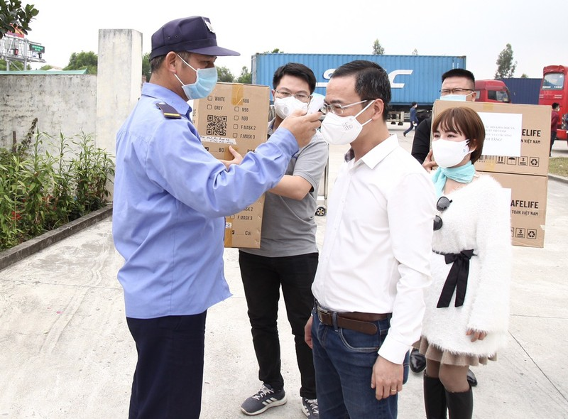 COVID-19: Chu tich VUSTA Phan Xuan Dung trao tang tinh Hai Duong vat tu y te-Hinh-10
