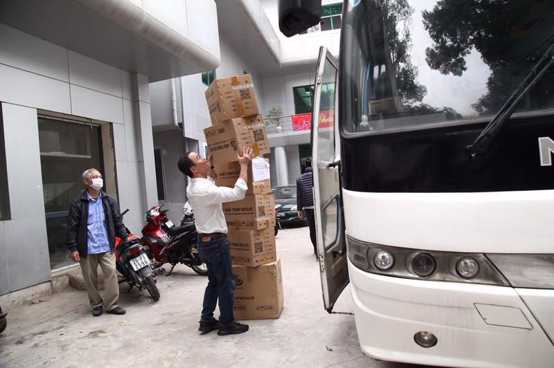 COVID-19: Chu tich VUSTA Phan Xuan Dung trao tang tinh Hai Duong vat tu y te-Hinh-6