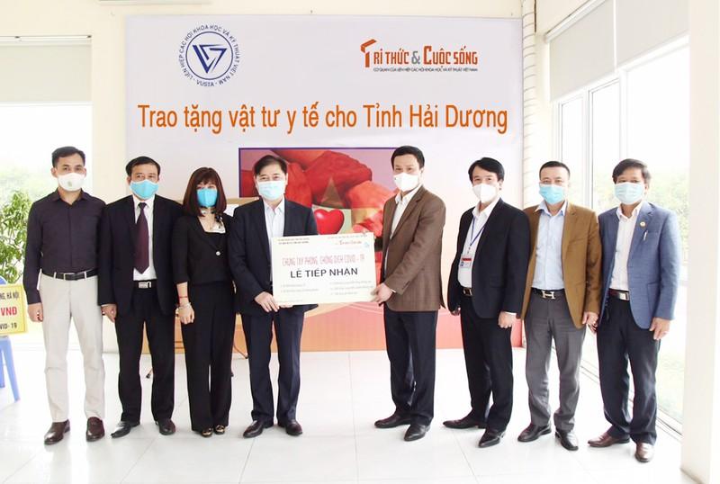 COVID-19: Chu tich VUSTA Phan Xuan Dung trao tang tinh Hai Duong vat tu y te