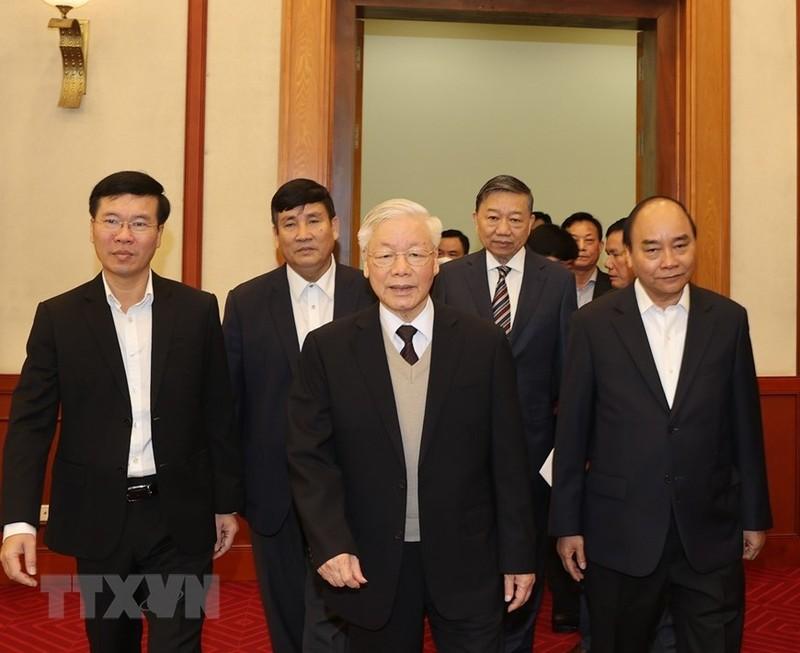 Bo Chinh tri  gap mat than mat cac nguyen lanh dao khong tai cu khoa XIII